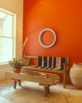 Zemljani tonovi zidova dnevnog boravka kao što su nijase zlatno žute, narandžaste su dobar izbor